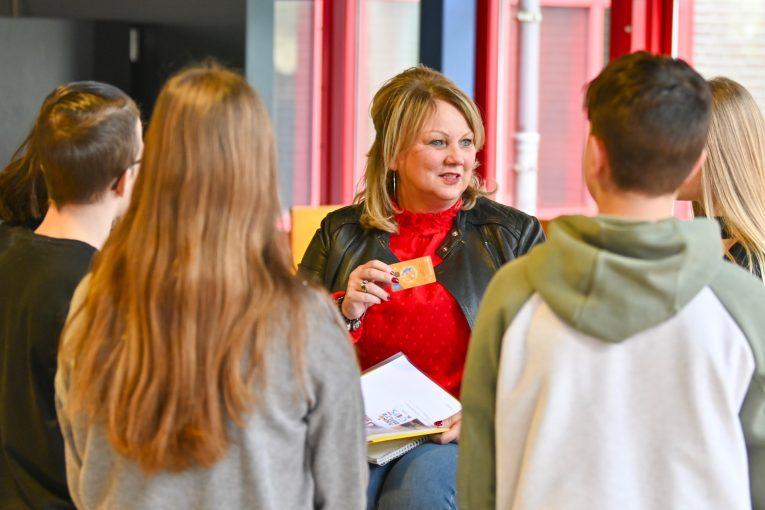 Jolanda Vrinten met scholieren