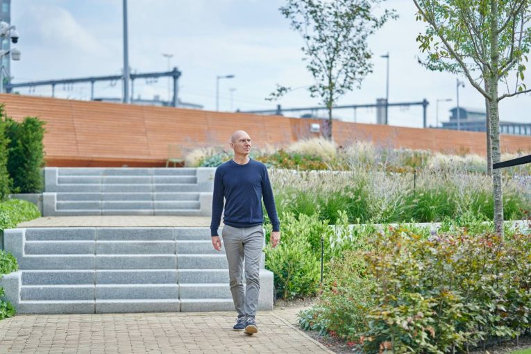 Roland van der Vorst in de tuin van de Rabobank - carbon bank
