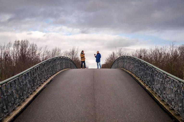Twee mannen op brug
